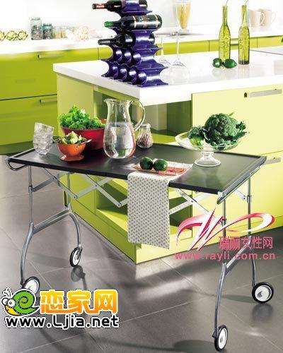 岛台,特别是在开放式的厨房中,你可以把它当成备餐台,用来盛放食物.