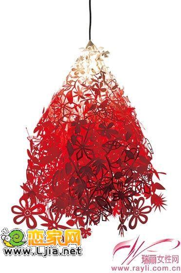 这款吊灯灯罩运用剪纸的手法表现出仲夏森林的美丽