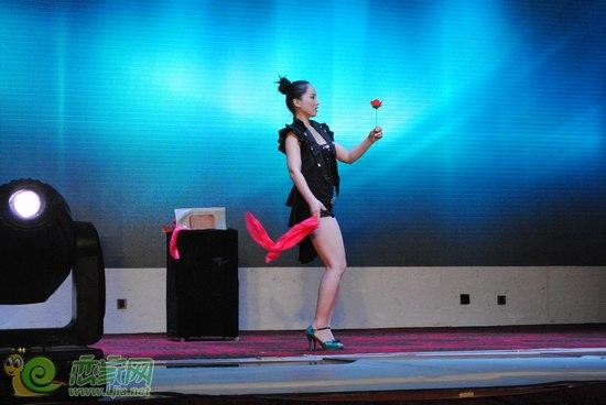 既有精彩的歌唱,魔术表演,也有活泼可爱的儿童舞表演.