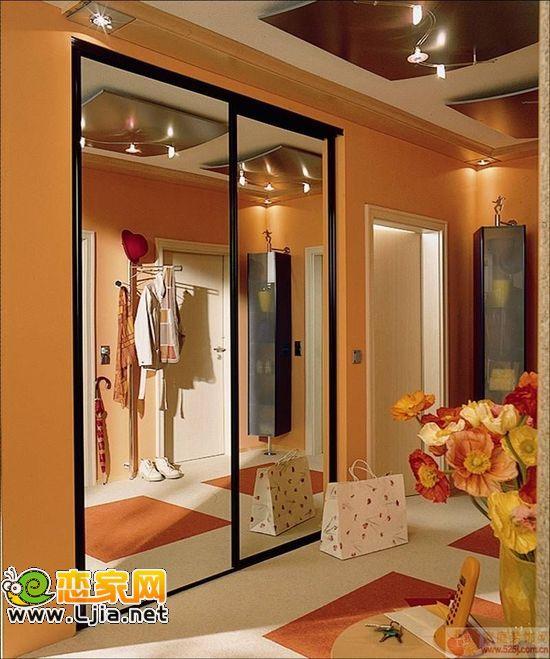 人们选择衣柜的方式无非两种:木工现场打制和购买