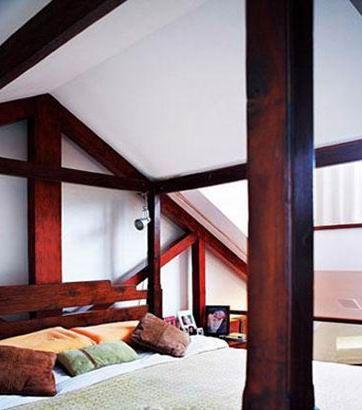 楼上的卧室,斜坡屋顶与原木装饰将空间的自然随意的气氛充分表现.