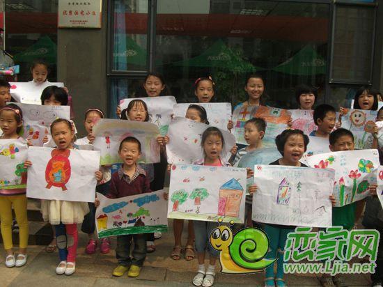 有的孩子用稚嫩的小手涂鸦了一张张可爱的笑脸;有的孩子用七彩油画棒