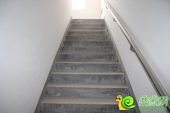 楼道地面由米白色的地板砖镶嵌而成,加上超大的窗户,使整个楼道宽敞明
