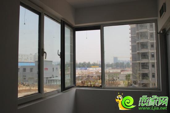 楼道地面由米白色的地板砖镶嵌而成,加上超大的窗户,使整个楼道宽敞