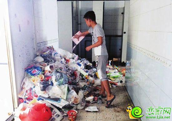 墙角处的垃圾却堆得溢出垃圾桶
