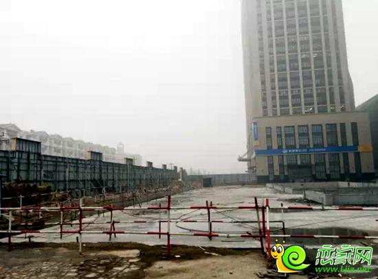 工程内部中央空调和消防系统正在按部就班进行中,下沉式广场已浇筑图片