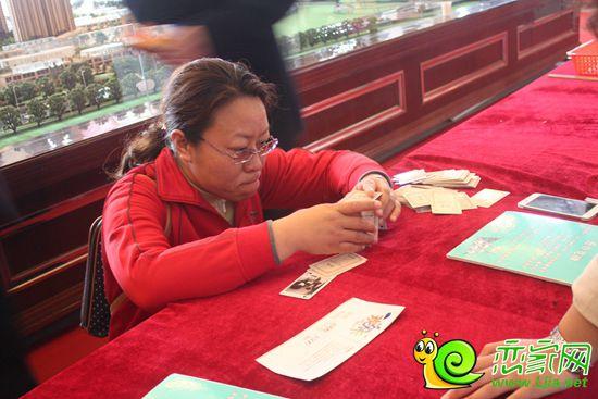 到访客户正在体验叠扑克牌环节图片
