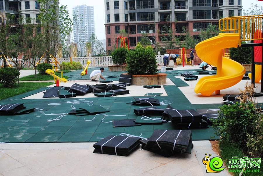 万浩锦河湾小区内游乐场