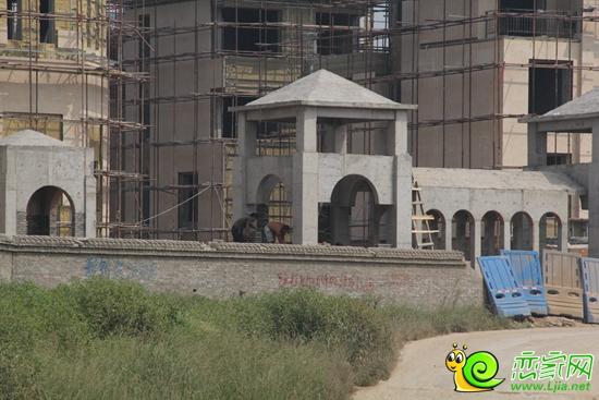今日,小编抵达了位居中华北彩虹桥旁北湖南岸的北湖美域实景工地,它是邯郸市北部最大的别墅区,也是邯郸北部尊贵的象征。小编拍摄了多张实景图,下面就一起来看看吧。  北湖美域施工现场(205.8.26)  北湖美域施工现场(205.8.26)  北湖美域施工现场(205.8.26)  北湖美域施工现场(205.