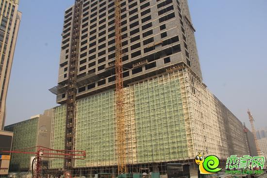 商业楼体正在外立面装潢和钢结构焊接作业