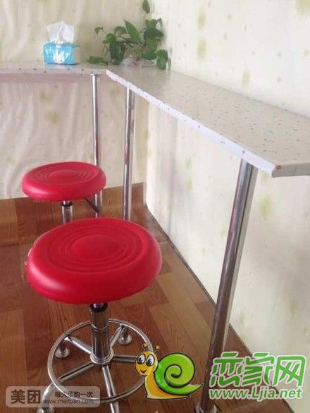 空调1台,冰箱1台,美的电饭煲2台,韩式电烤锅等全套设备,操作柜台,桌子