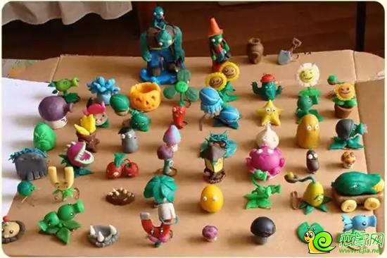 橡皮泥在孩子的手中神奇般抵变成了小猫,老虎,大象,风车,小船,城堡.